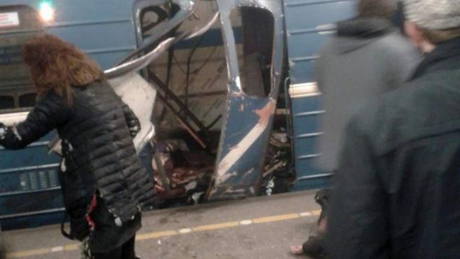 Imagen que muestra los destrozos producidos por la explosión en uno de los vagones del metro de San Petersburgo.