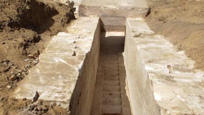Vista general de los restos arqueológicos descubiertos en la zona norte de la pirámides del rey Seneferu.