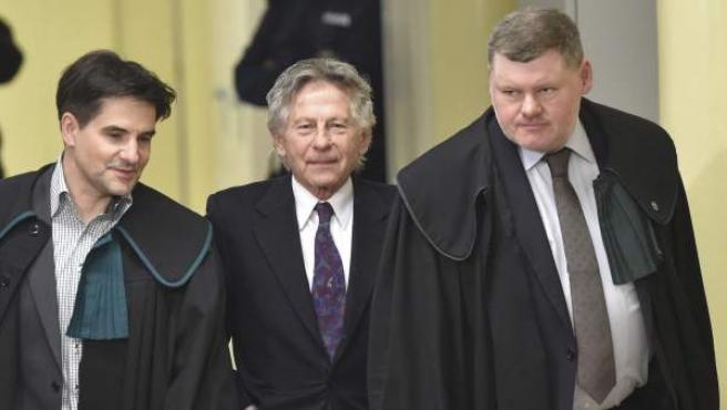 El director de cine polaco Roman Polanski (c) y sus abogados Jerzy Stachowicz (i) y Jan Olszewski (d), en una imagen de archivo.
