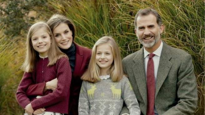 El rey Felipe VI y la reina Letizia, junto a sus dos hijas, la princesa Leonor y la infanta Sofía.