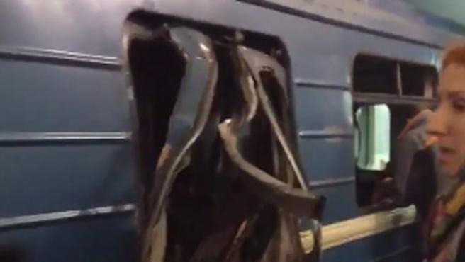 Imagen que muestras cómo ha quedado uno de los vagones del metro de San Petersburgo tras la explosión.