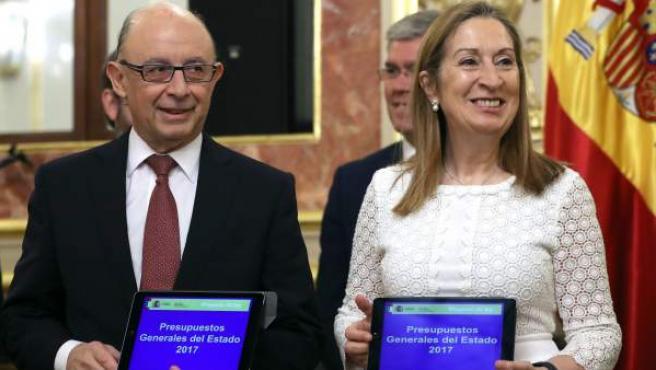Cristóbal Montoro, ministro de Hacienda, entrega el proyecto de Presupuestos Generales del Estado para 2017 a la presidenta del Congreso, Ana Pastor, para iniciar su tramitación parlamentaria.