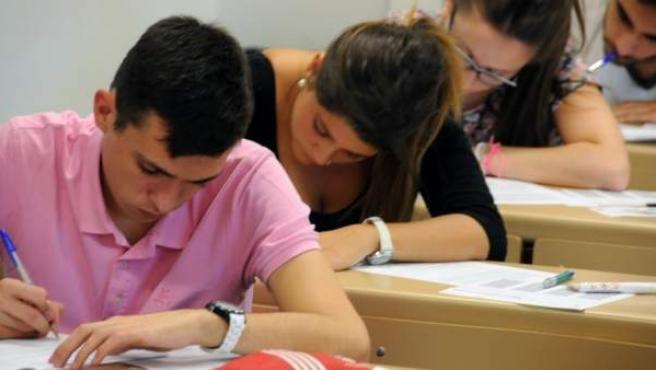 Varios alumnos hacen un examen.