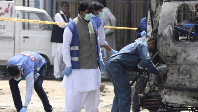 Miembros de las Fuerzas de Seguridad inspeccionan el lugar de Lahore donde han fallecido seis personas al estallar una bomba.