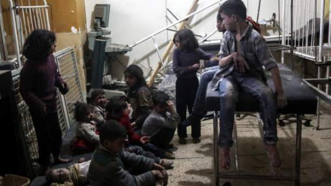 Varios niños heridos esperan a recibir tratamiento médico en un hospital de campaña tras un ataque aéreo perpetrados supuestamente por las fuerzas leales al gobierno sirio en la ciudad sitiada de Douma el 4 de abril de 2017.