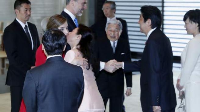 La reina Letizia saluda con dos besos a la futura meperatriz de Japón, la princesa heredera Masako, después de evitar una reverencia de esta.