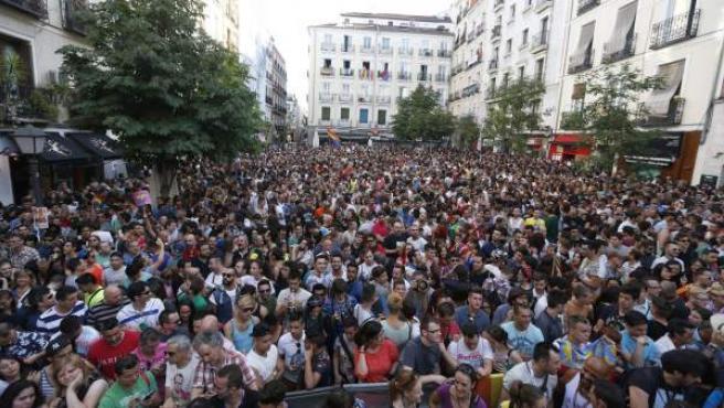 Miles de personas abarrotan la madrileña plaza de Chueca.