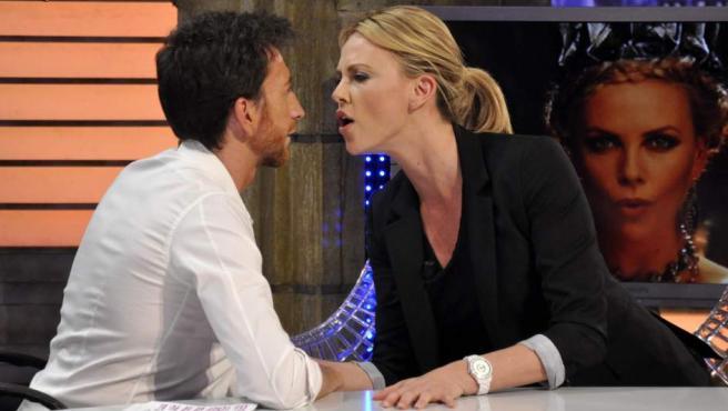 Pablo Motos y Charlize Theron en 'El Hormiguero'.
