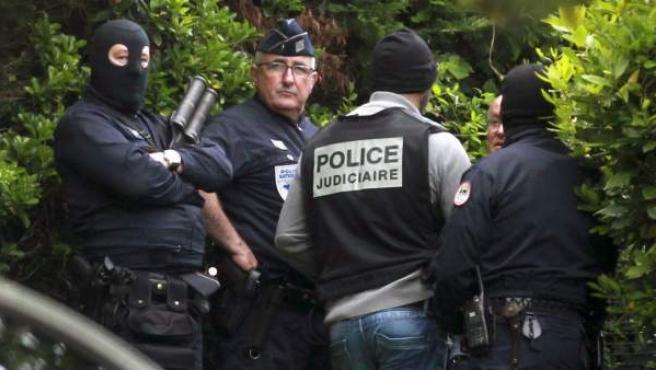 Agentes de la Guardia Civil, en colaboración con la Policía francesa llevan a cabo una operación contra ETA en Biarritz.