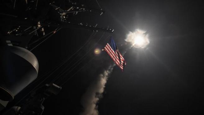 Fotografía cedida por la Oficina de Información de la Marina de los Estados Unidos que muestra el destructor USS Porter en el momento de lanzar un ataque con misiles Tomahawk contra una base aérea de Shayrat, en la ciudad siria de Homs.