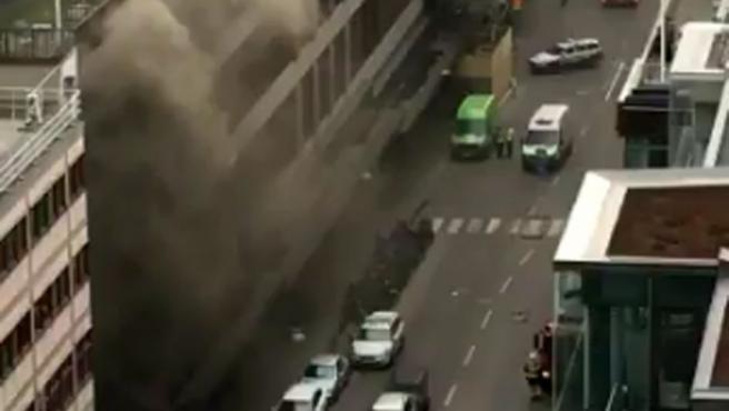 Imágenes del ataque de Estocolmo donde se observa al camión ardiendo segundos después de estamparse contra un edificio.