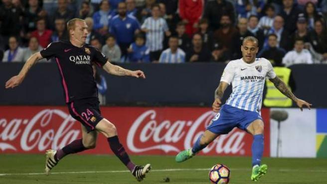 El defensa francés del FC Barcelona Jérémy Mathieu (i) y el delantero del Málaga CF Sandro Ramírez (d), durante el partido de la jornada trigésima primera de Liga en Primera División.