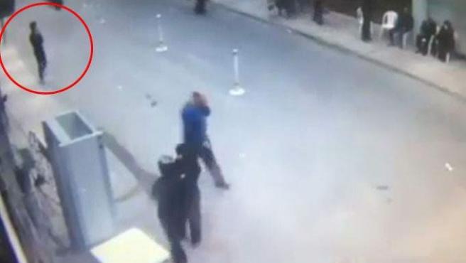 Imagen emitida por la cadena de televisión pública de Egipto del momento del atentado en Alejandría.