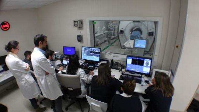 Doctores del HM Hospitales de Móstoles (Madrid) vigilan un tratamiento con Ultrasonido Focalizado de Alta Intensidad (HIFU).