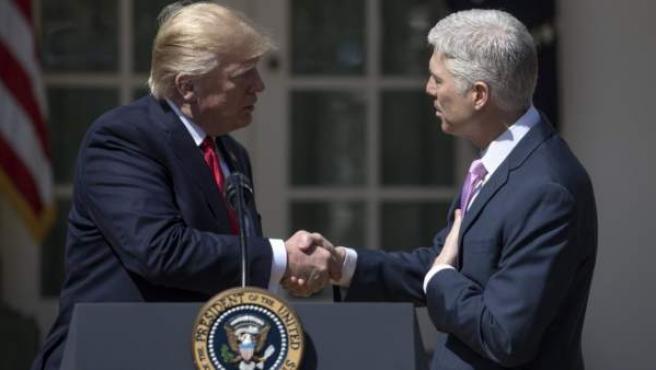 El nuevo juez del Tribunal Supremo, Neil Gorsuch (d), saluda al presidente de los Estados Unidos, Donald Trump (i).