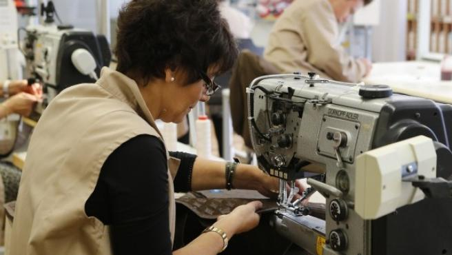 Una mujer durante su jornada laboral en una fábrica textil.