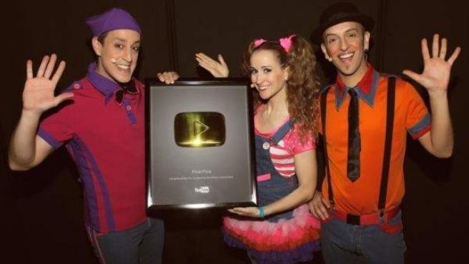 El grupo Pica-Pica, junto al botón de oro de YouTube.