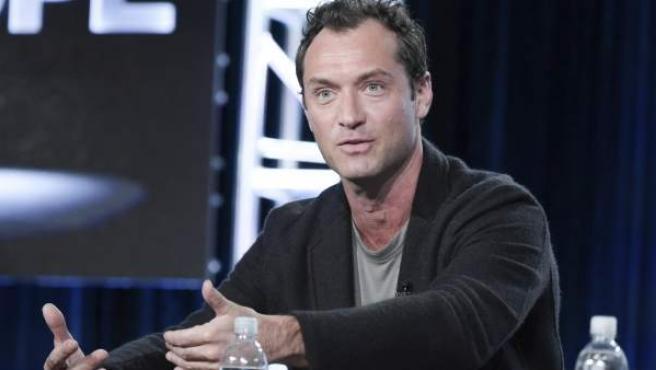 El actor británico Jude Law, en un panel de HBO para presentar la serie 'The Young Pope'.