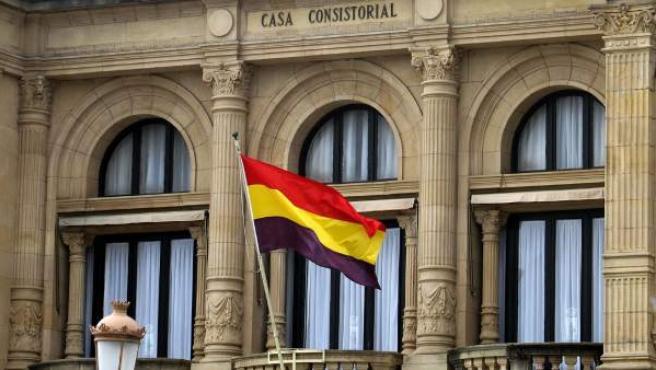 Bandera republicana en el ayuntamiento de San Sebastián.