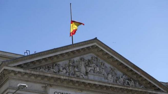 La bandera española, ondeando a media asta en el Congreso de los Diputados.