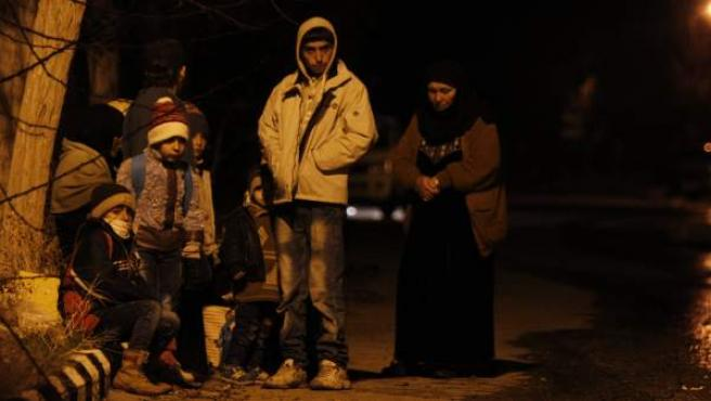 Familias sirias esperando permiso para salir de la ciudad sitiada de Madaya.