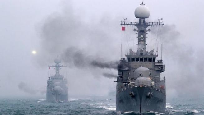 Un par de buques de guerra durante unas maniobras antisubmarinos frente a las costas de Taean (Corea del Sur).