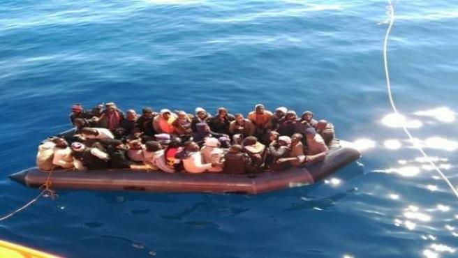 Patera rescatada en el mar de Alborán.