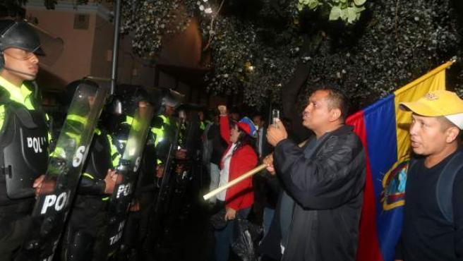 Opositores de Ecuador impugnan elecciones y mantienen protestas en las calles.