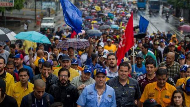 El presidente de la Asamblea Nacional (AN) de Venezuela, el diputado Julio Borges (c), participa en una manifestación en contra del gobierno venezolano este jueves en Caracas (Venezuela).