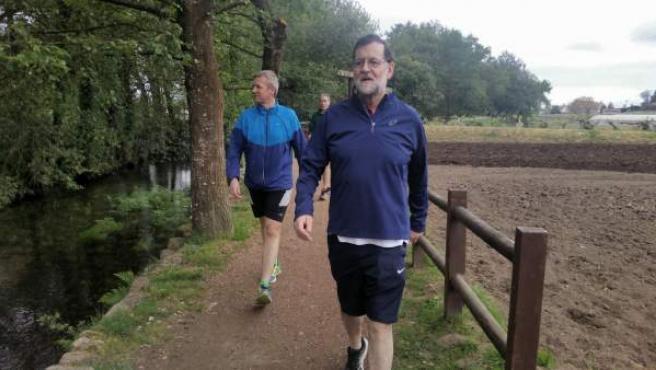 El presidente del Gobierno, Mariano Rajoy, acompañado por Alfonso Rueda