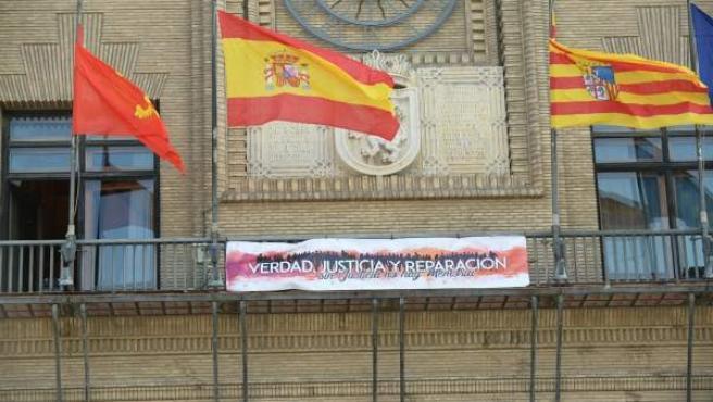 Pancarta en apoyo a la II República en el balcón del Ayuntamiento de Zaragoza