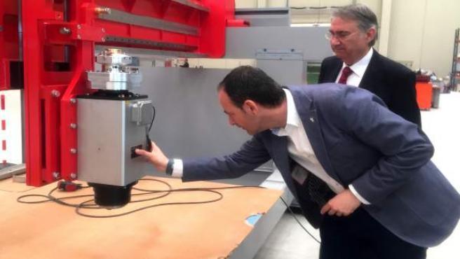 El director del Info, Javier Celdrán, durante su visita a las instalaciones