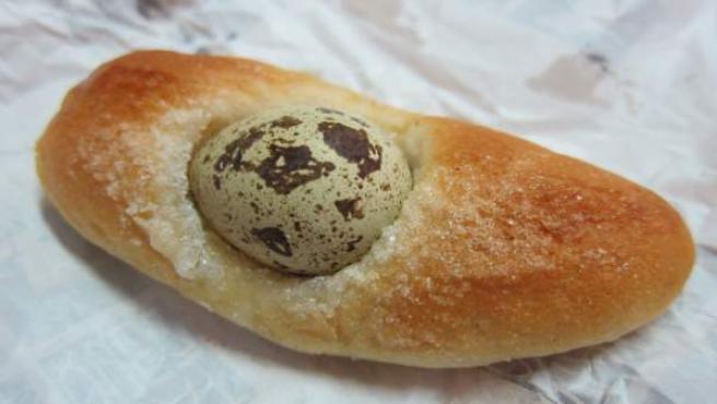 Una mona de Pasca con huevo.