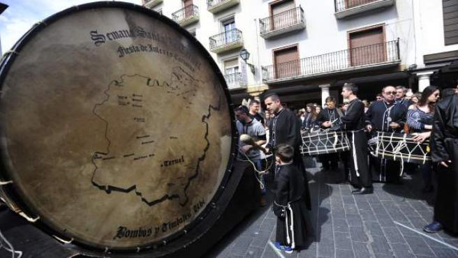Teruel rompe la hora con el bombo más grande del mundo