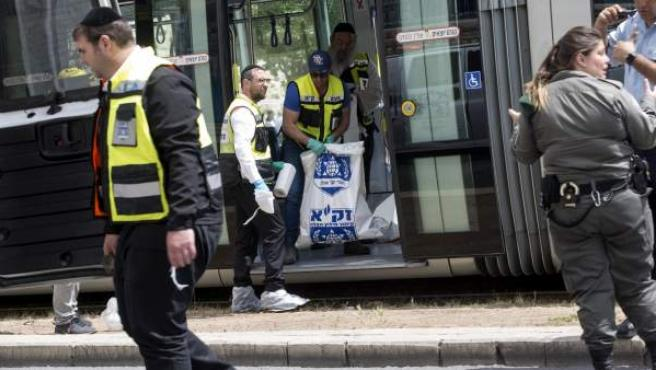 Policías y personal médico inspecciona la escena después de que una turista británica muriera tras ser apuñalada por un árabe israelí en el tranvía a su paso por la Ciudad Vieja en Jerusalén (Israel).