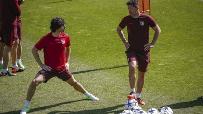 El entrenador del Atlético de Madrid, el argentino Diego Simeone (d), conversa con el centrocampista portugués Tiago Mendes (i).
