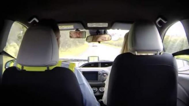 Una joven realiza el examen práctico de conducir en el Reino Unido con GPS.