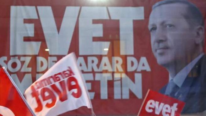 Ciudadanos celebran el resultado del referéndum en Turquía.