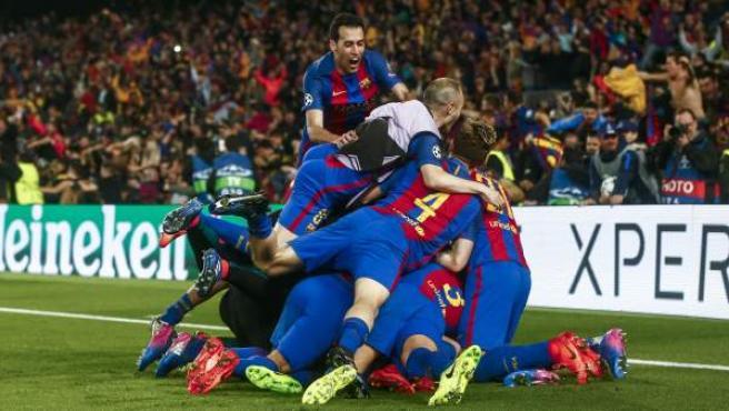 Los jugadores del Barça celebran el último gol, de Sergi Roberto, ante el PSG.