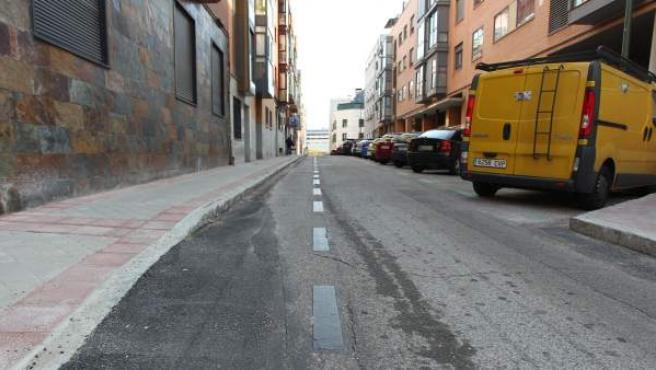 En este tramo de la calle Eraso se han suprimido todas las plazas de aparcamiento que estaban en línea. Aún se observa la línea discontinua.
