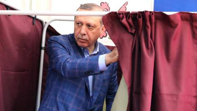 El presidente de Turquía, Recep Tayyip Erdogan, momentos antes de depositar su voto en el referéndum de la reforma constitucional.