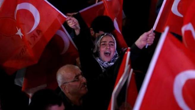 Seguidores del presidente turco, Recep Tayyip Erdogan, celebran la victoria del 'sí' en el referéndum para instaurar en Turquía un sistema presidencialista que ampliará los poderes del jefe del Estado.