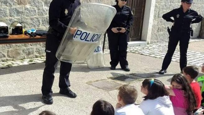 Ávila: Los Policias Imparten El Taller A Los Jóvenes Escolares