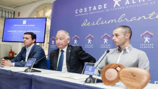 Diputación y Jairo Ruiz llevarán el nombre de Almería al triatlón de alto nivel.