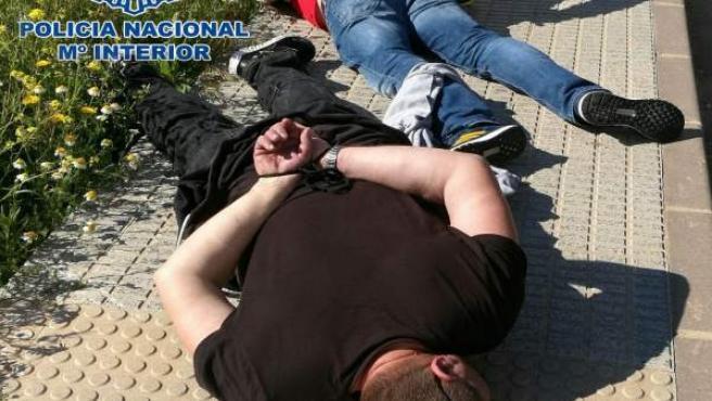 Imagen de los dos individuos en el momento de la detención