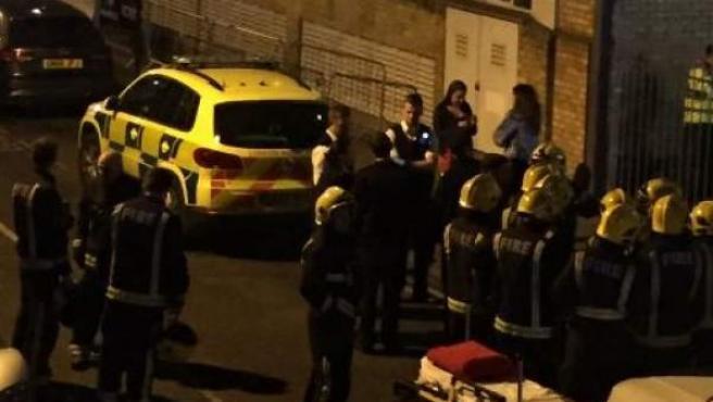 Los bomberos llegan a la discoteca londinense donde, presuntamente, se produjo un ataque con ácido que dejó a doce personas heridas.