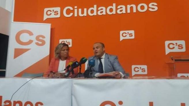 El parlamentario por Cs de Huelva Julio Díaz e Isabel Albás.