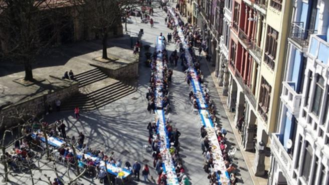 La Comida en la Calle de Avilés ha conseguido el Récord Guinness al ser la más numerosa del mundo tras reunir a 11.836 comensales.