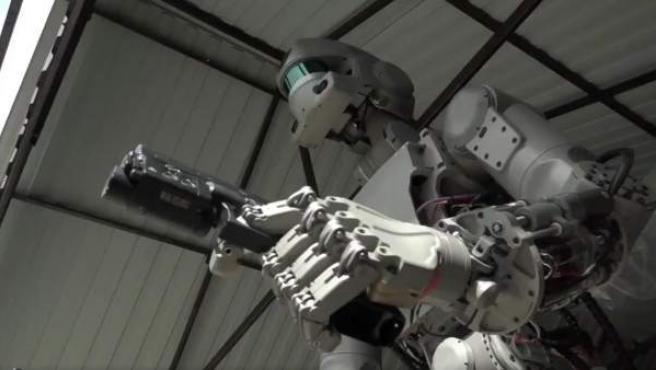 Imagen de FEDOR, el robot ruso capaz de disparar.