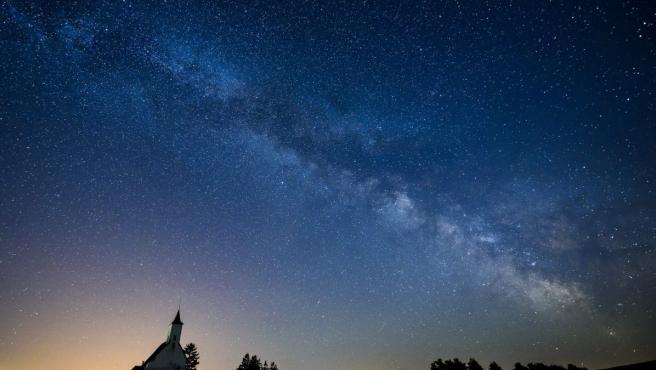 Vista de la Vía Láctea tomada desde la localidad de Gemersky Jablonec, fronteriza con Hungría, en el sur de Eslovaquia.
